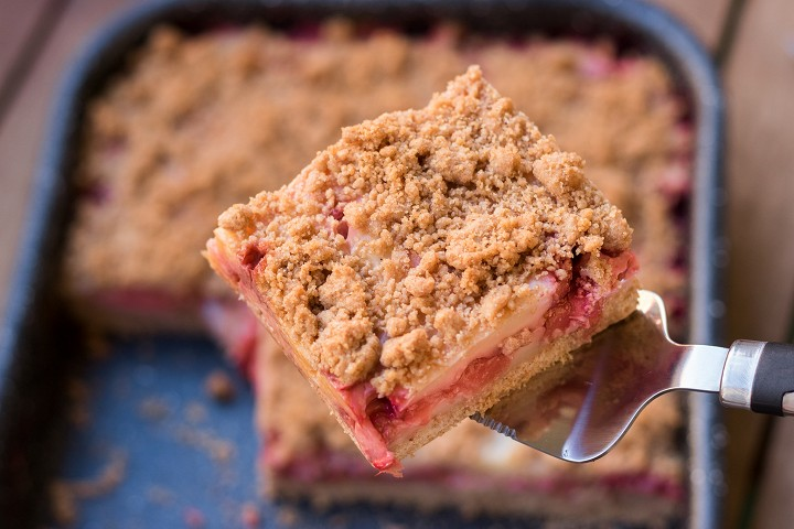 Crumb cake with pudding and strawberries